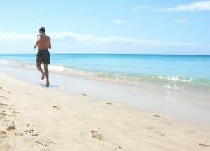Correre in spiaggia, benefici e calorie che si bruciano